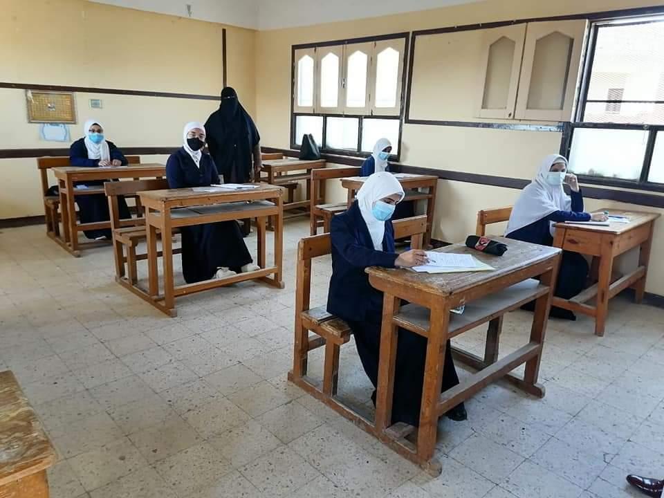 قطاع المعاهد الأزهرية يشيد بالتزام العاملين والطلاب بالإجراءات الاحترازية في رابع أيام الامتحانات