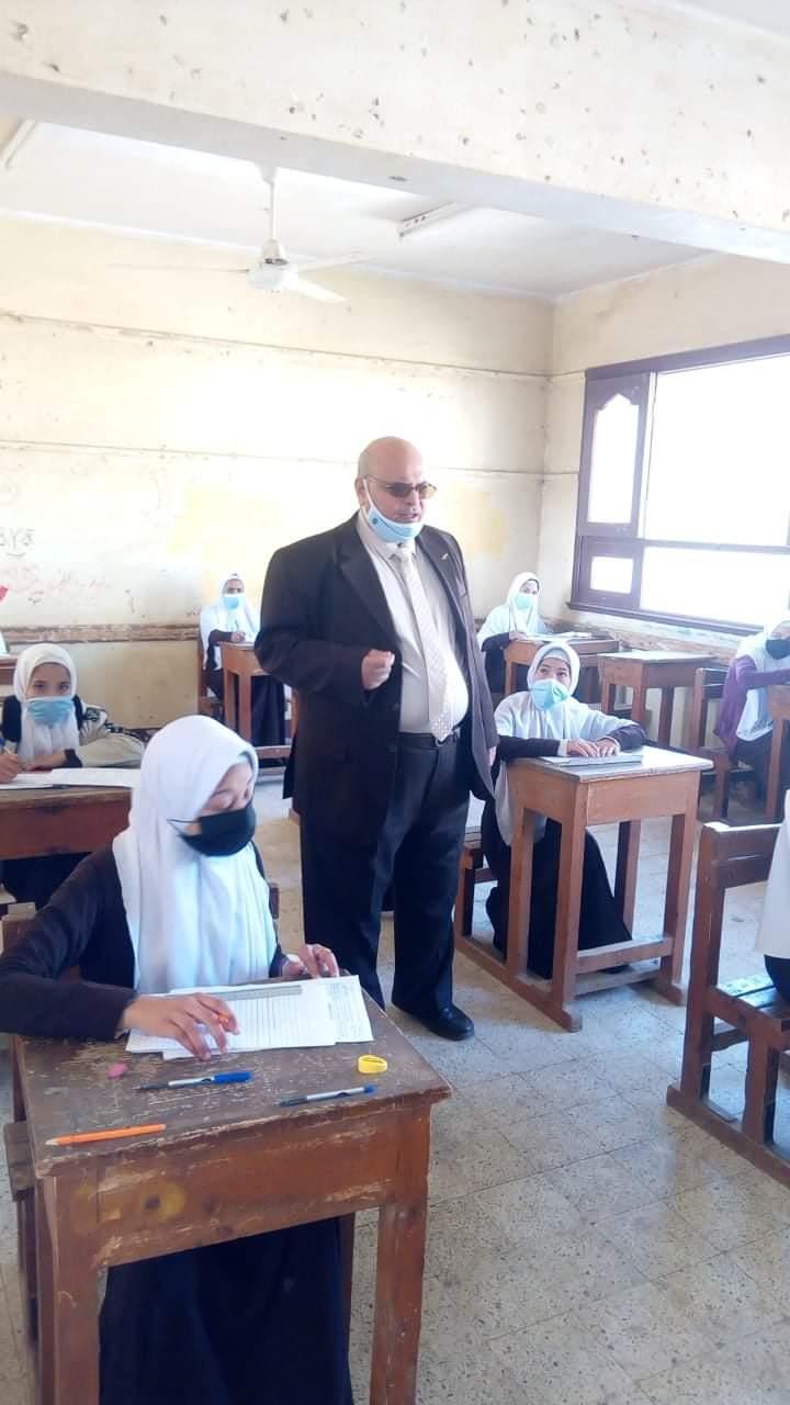 """""""في اليوم الأول من امتحانات الشهادة الإعدادية """" يتفقد رئيس منطقة المنيا الأزهرية لجان المنطقة"""