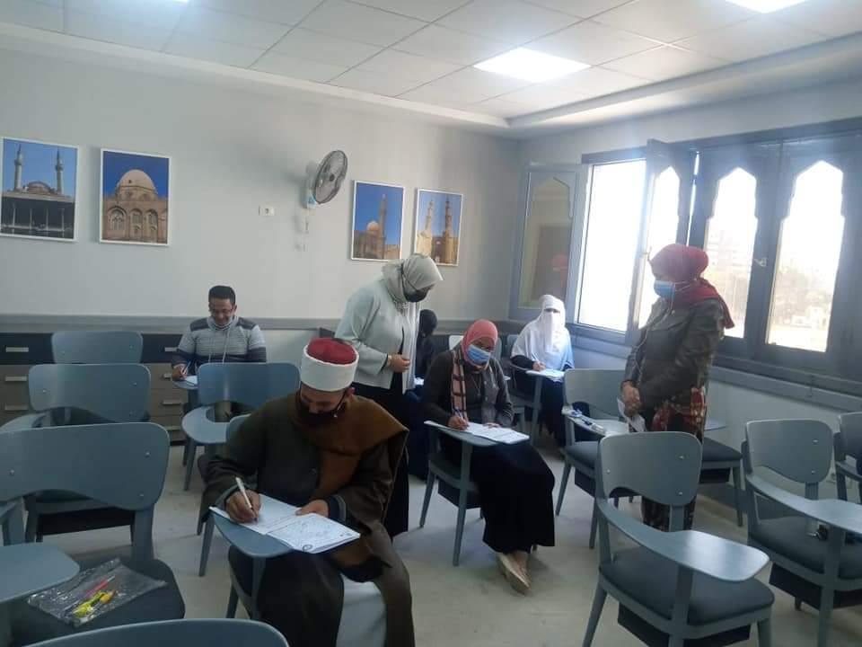 رئيس مركز تطوير الوافدين تتابع امتحانات الناطقين بغير اللغة العربية