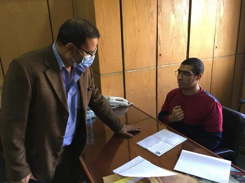 وكيل كلية الإعلام ونائب رئيس جامعة الأزهر يطمئنان على طالب تعرض لحادث تصادم