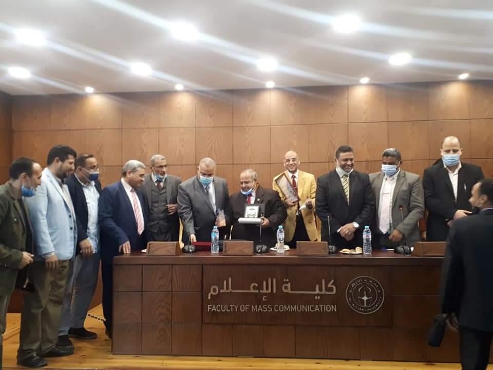 قسم الصحافة والنشر بالأزهر يكرّم الدكتور عبد العظيم خضر