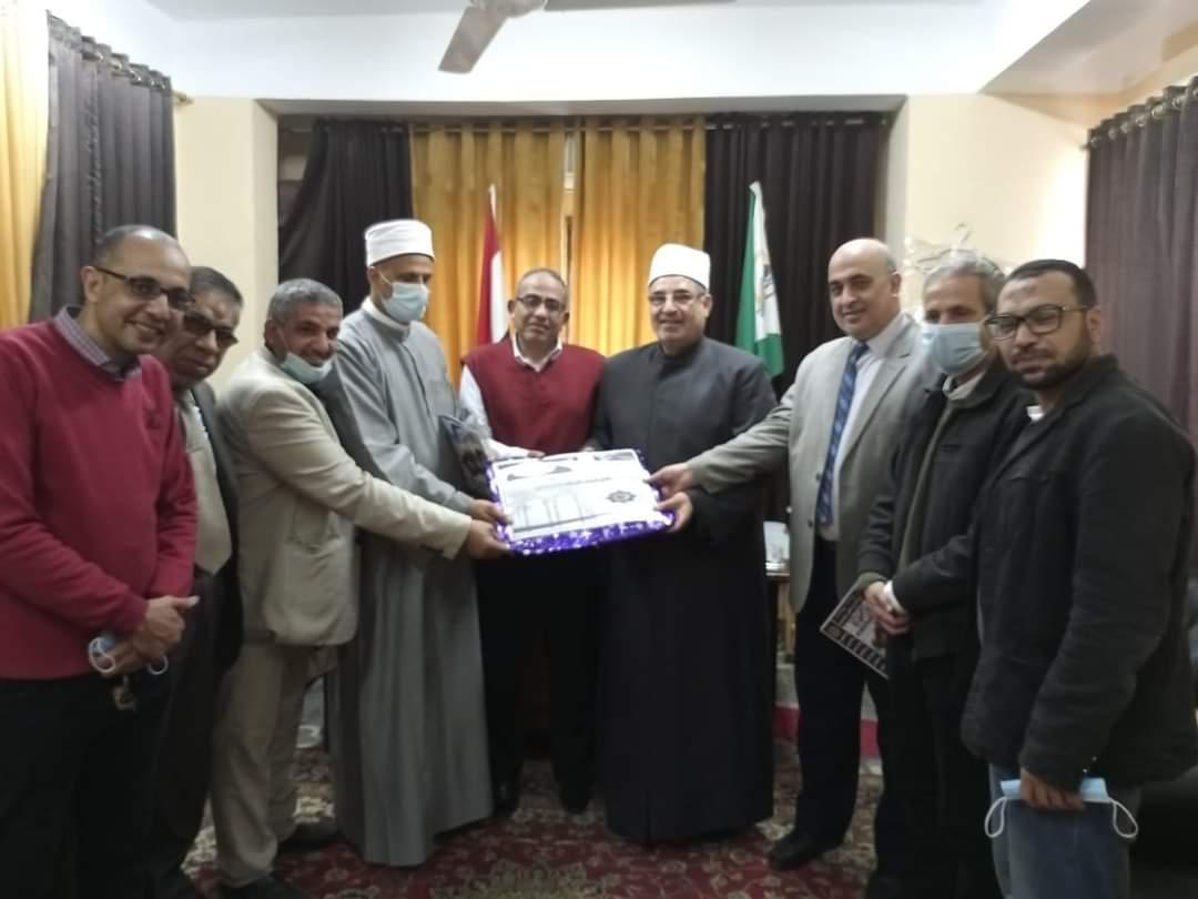 رئيس منطقة الجيزة الأزهرية يتسلم نتيجة الشهادتين الابتدائية والإعدادية