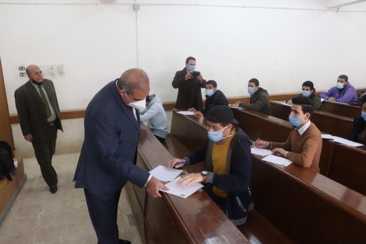 رئيس جامعة الأزهر يتفقد لجان امتحانات كلية الإعلام مشيدًا بالالتزام بالإجراءات الاحترازية
