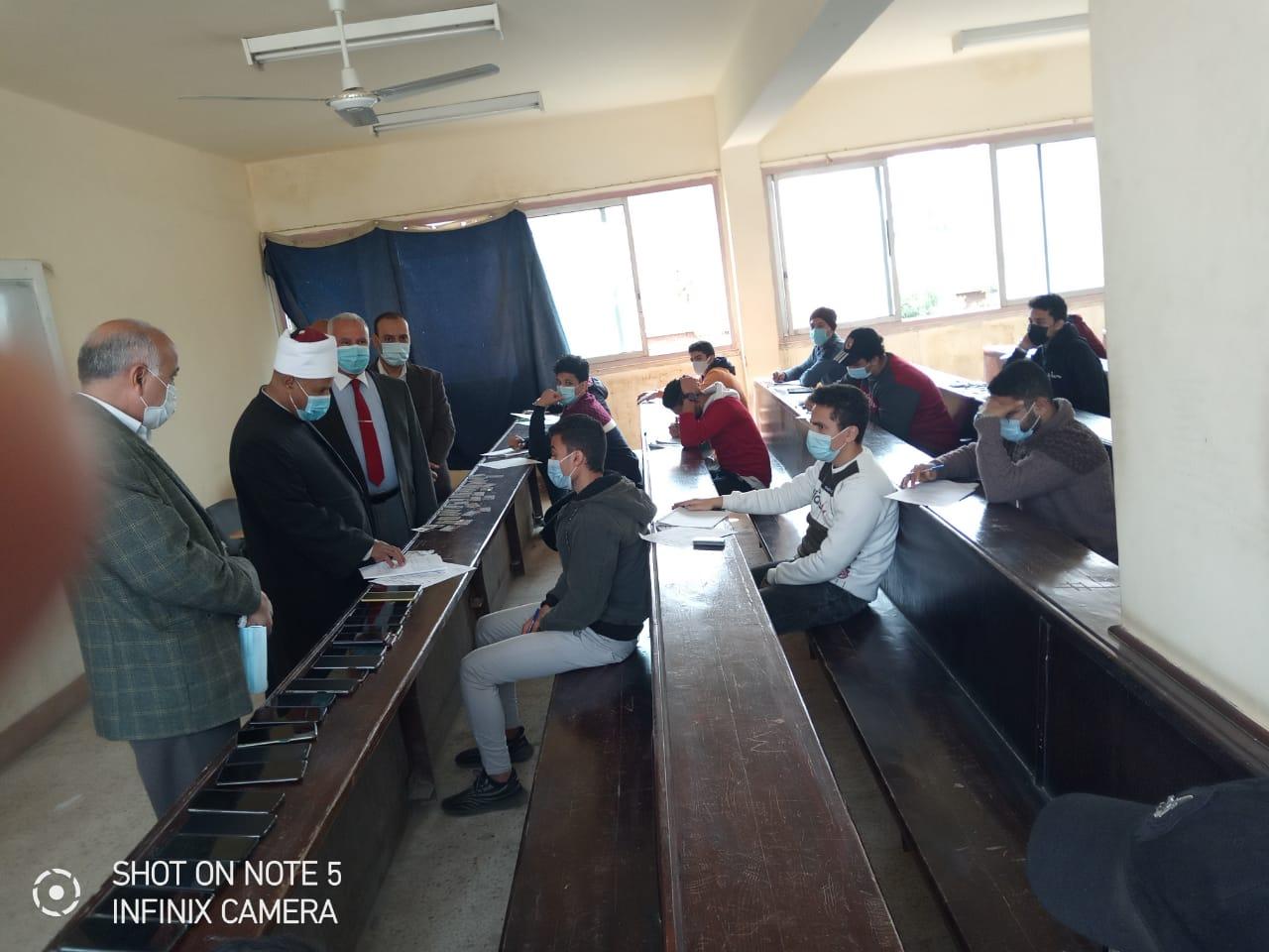 نائب رئيس جامعة الأزهر يتفقد لجان امتحانات كلية الهندسة الزراعية