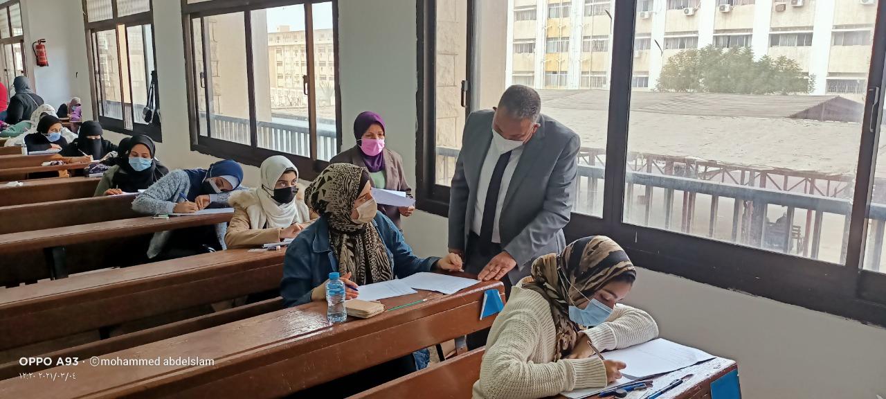 نائب رئيس جامعة الأزهر يتفقد لجان امتحان فرع البنات والمدينة الجامعية