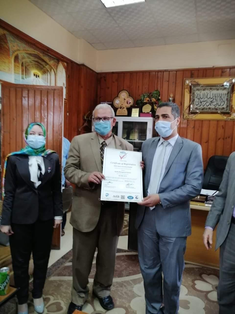 مستشفى جامعة الأزهر بأسيوط تحصل على شهادة اعتماد المعايير الدولية في مجال النظم الإدارية