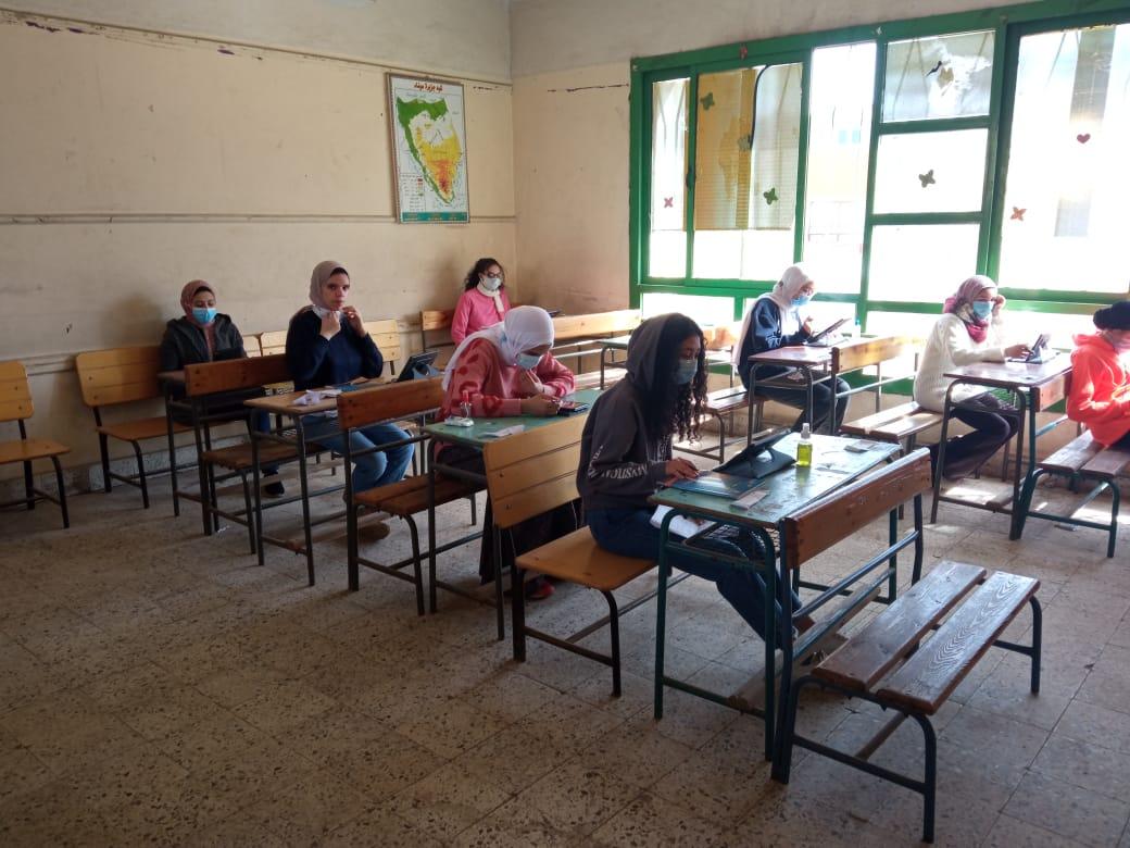 طلاب الثاني الثانوي يؤدون امتحان مادتي الرياضيات التطبيقية والجغرافيا