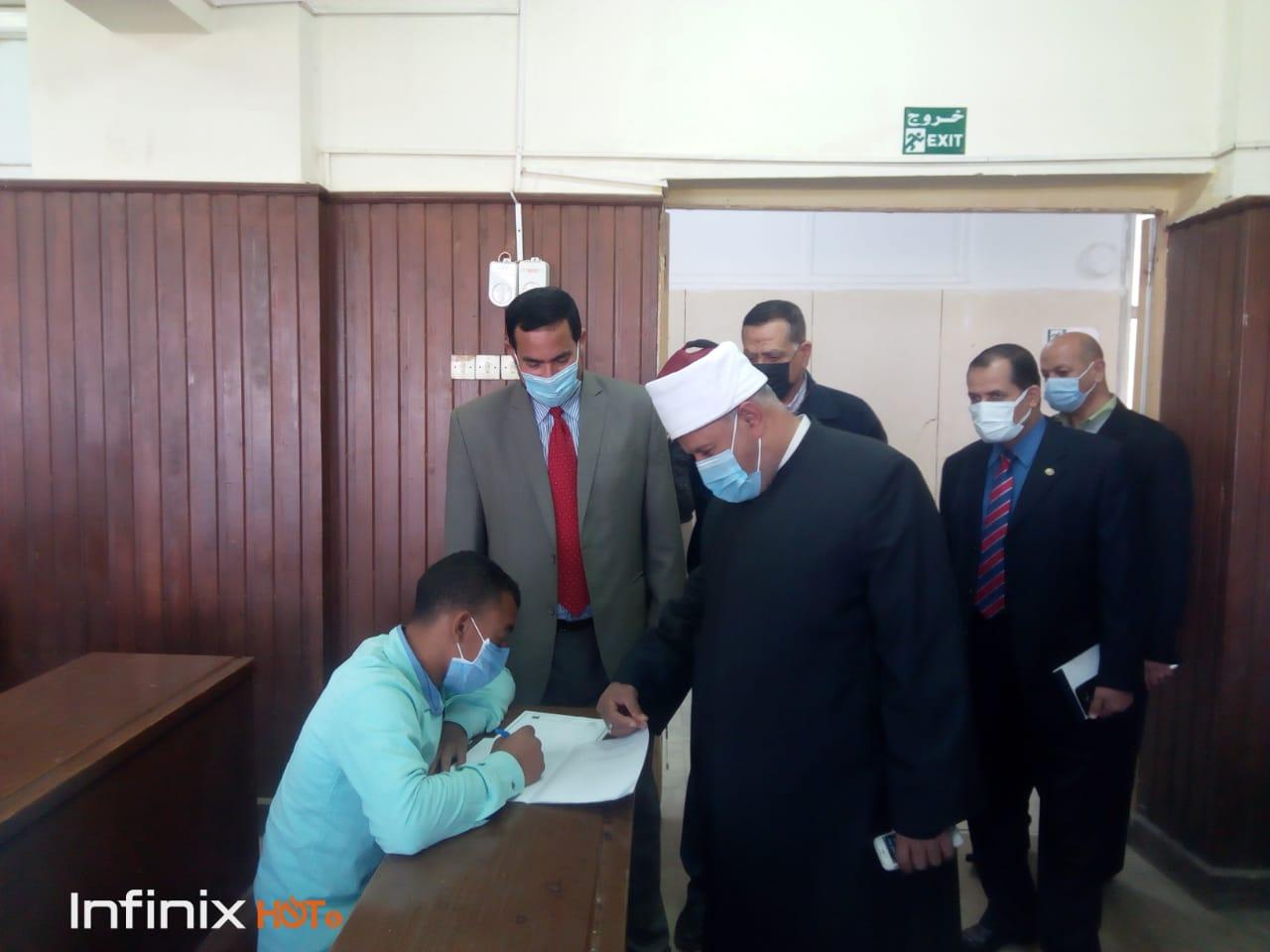 نائب رئيس جامعة الأزهر يشيد بجهود إدارة كلية أصول الدين خلال زيارة مفاجئة