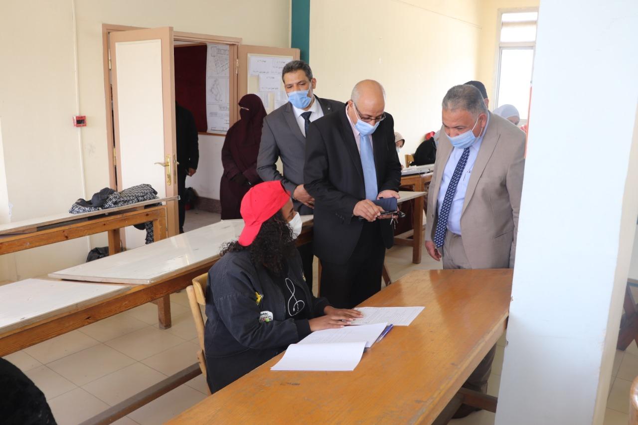 نائب رئيس جامعة الأزهر يتفقد امتحانات الطالبات ويشدد على الالتزام بالإجراءات الاحترازية