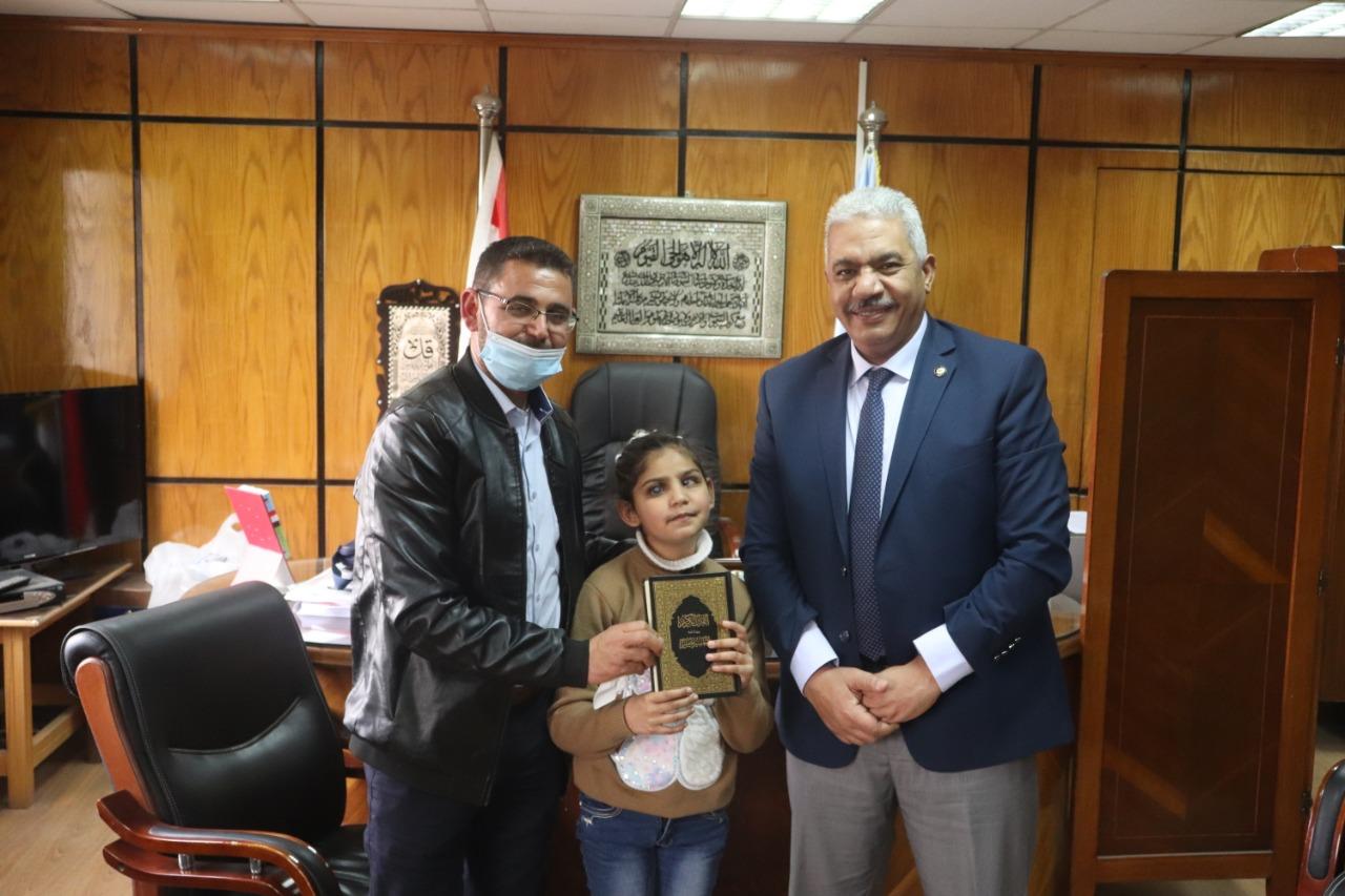 نائب رئيس جامعة الأزهر يستقبل الطفلة الفلسطينية النابغة سجى خِلَّة