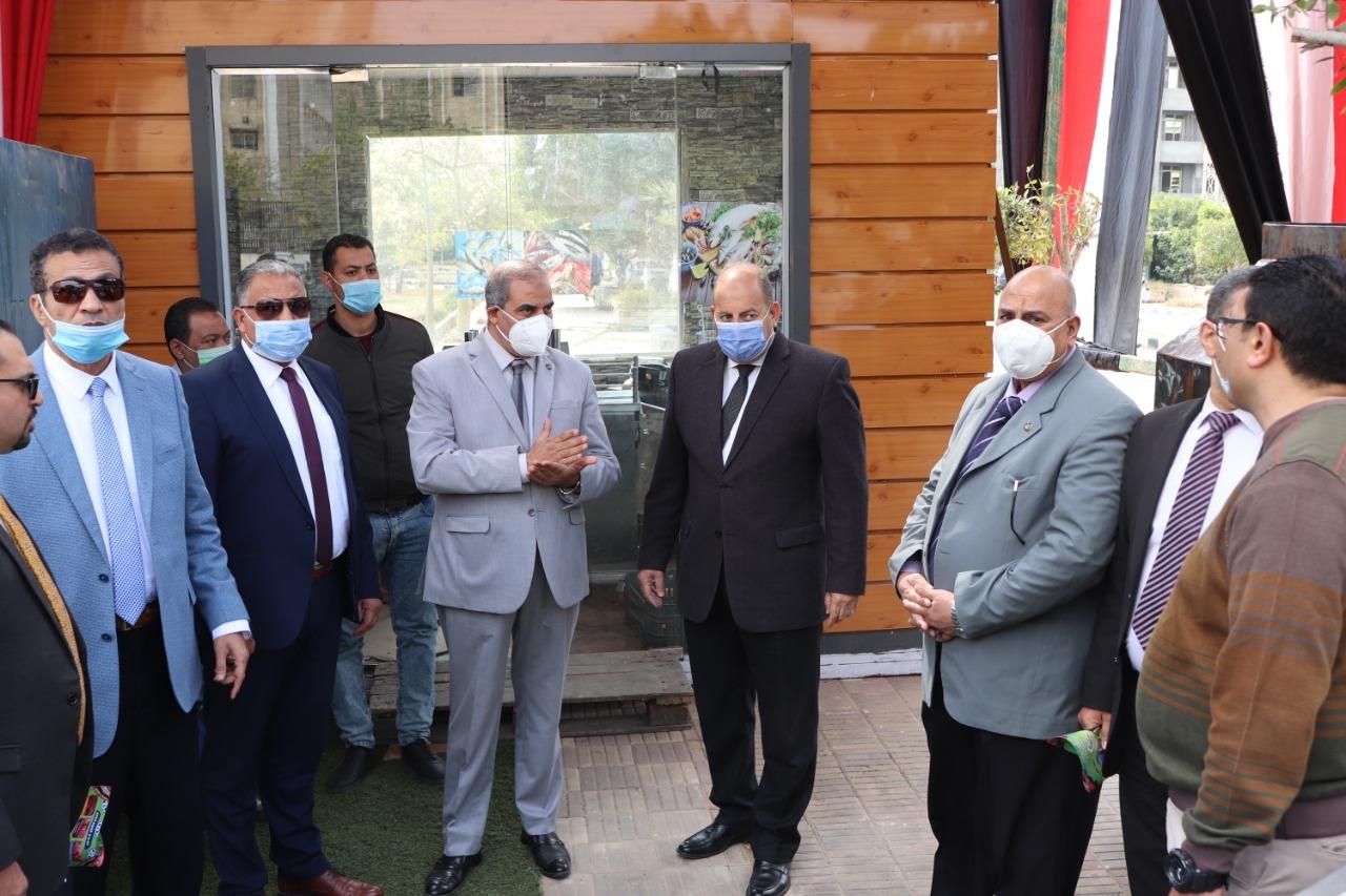 رئيس جامعة الأزهر يفتتح منفذَ (أمان) لبيع المنتجات الغذائية بالتعاون مع وزارة الداخلية