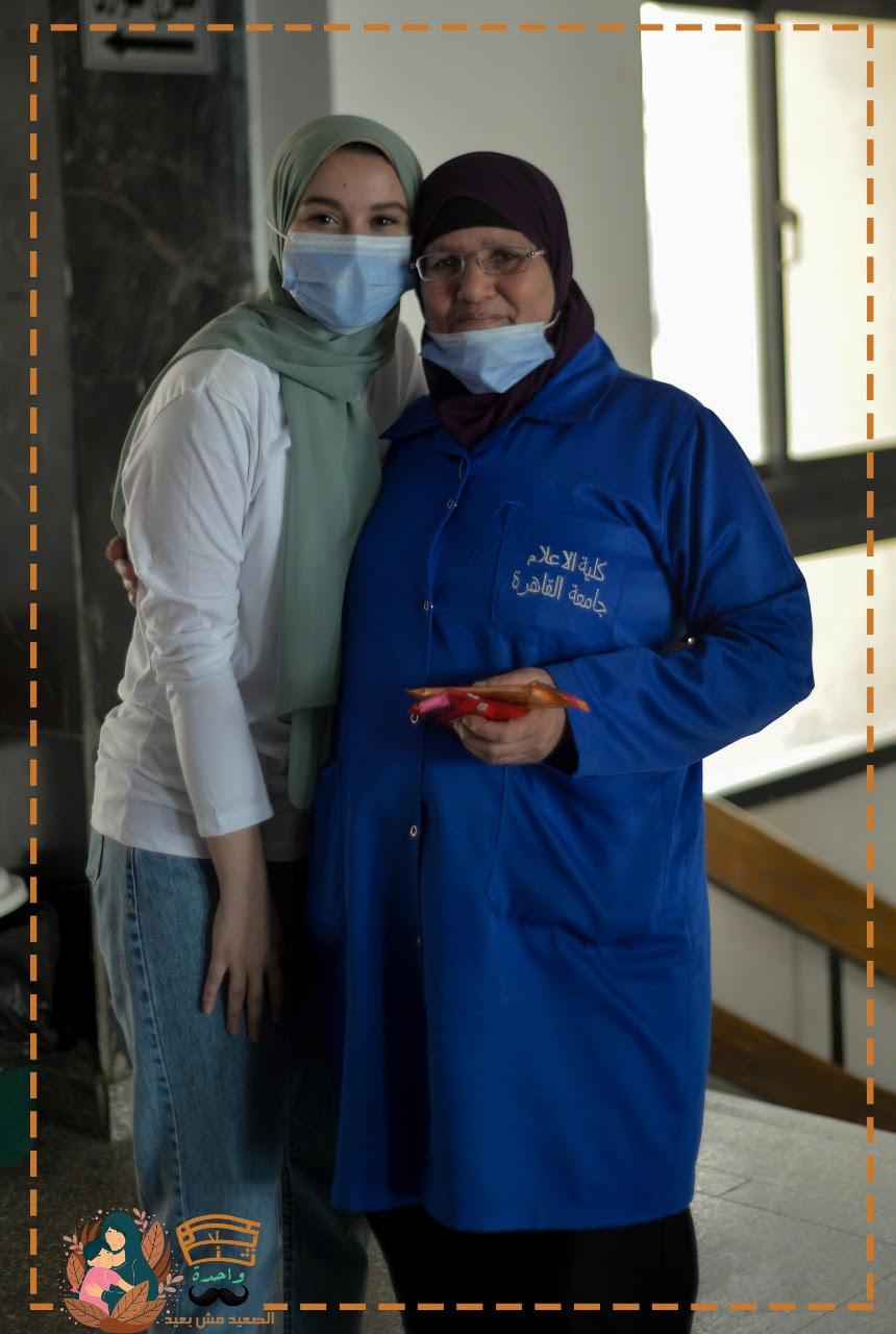طلبة إعلام القاهرة يحتفلوا بعيد الأم بتوزيع الهدايا على العاملات