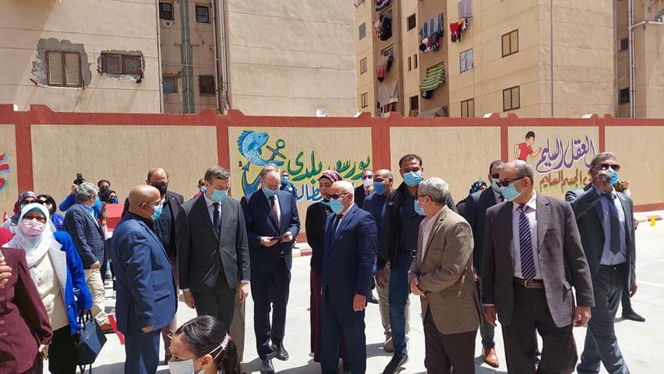محافظ بورسعيد وسفير الاتحاد الأوروبى يتفقدان مدرسة إسماعيل القباني الإبتدائية