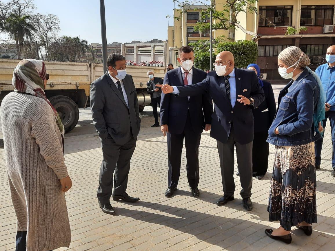 رئيس جامعة عين شمس في جولة تفقدية بكلية الآداب