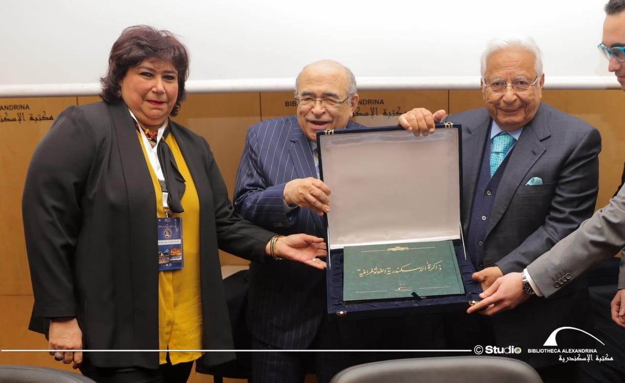 مصطفى الفقي يكرم أسرة ثروت عكاشة في مكتبة الإسكندري