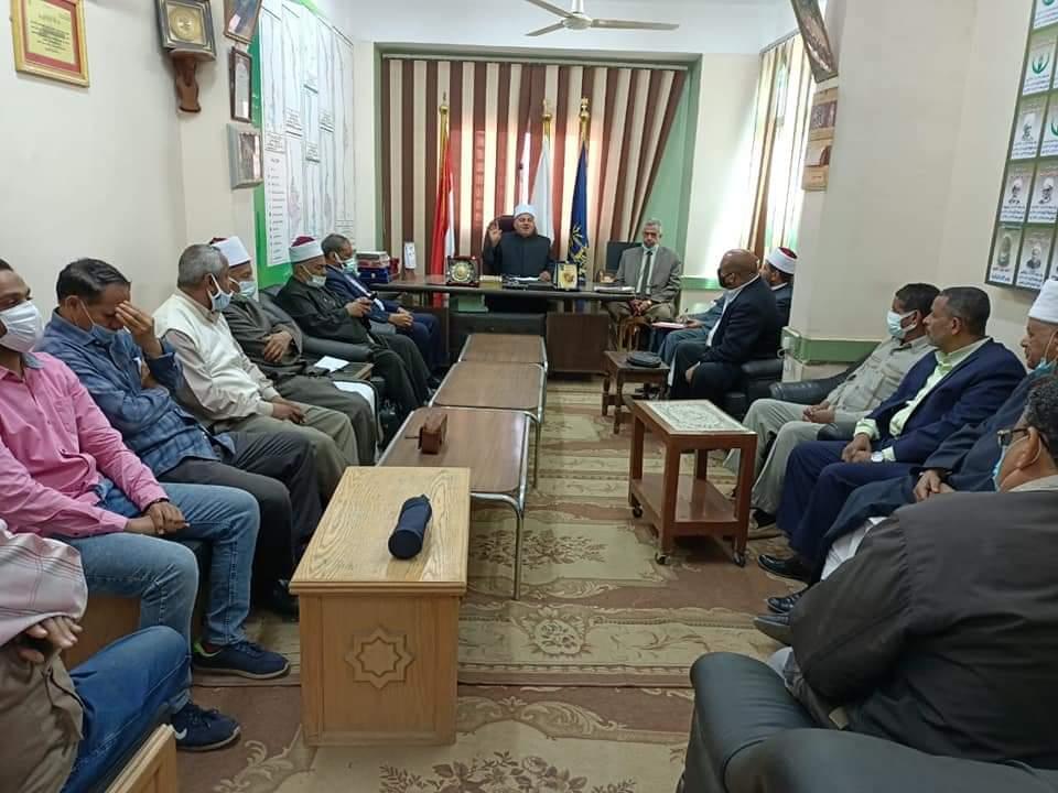 رئيس منطقة أسوان الأزهرية يعقد اجتماعا بمديري المراحل التعليمية وموجهي العموم