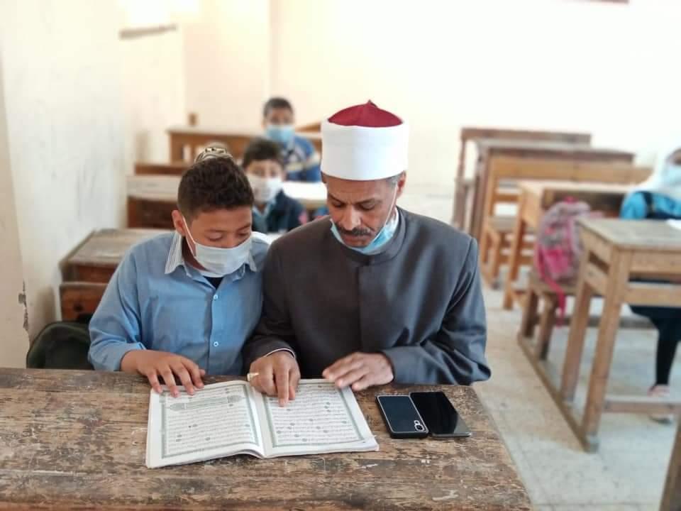 رئيس منطقة الإسكندرية الأزهرية يتفقد سير الدراسة ويتابع امتحان محو الأمية بالمنطقة