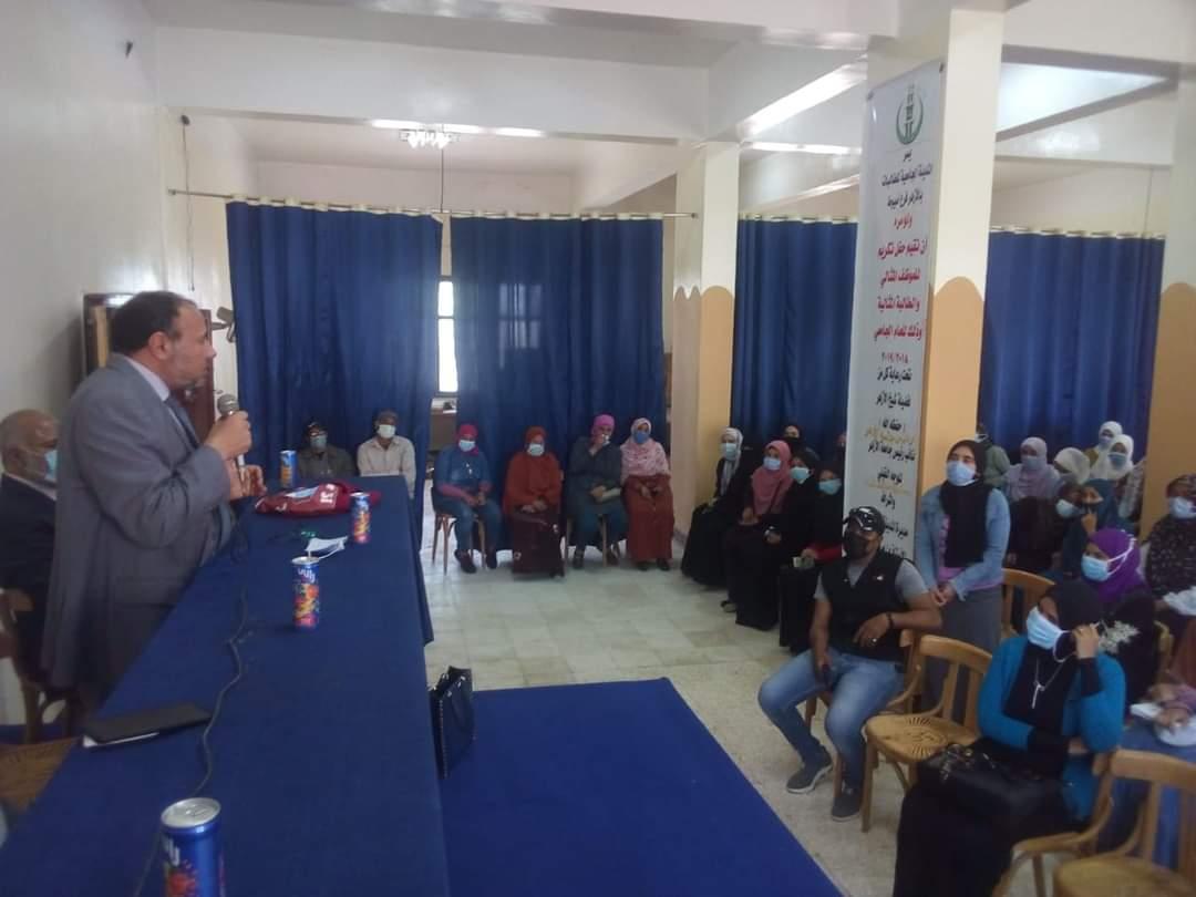 نائب رئيس جامعة الأزهر يلتقي عددا من طالبات المدينة الجامعية بأسيوط