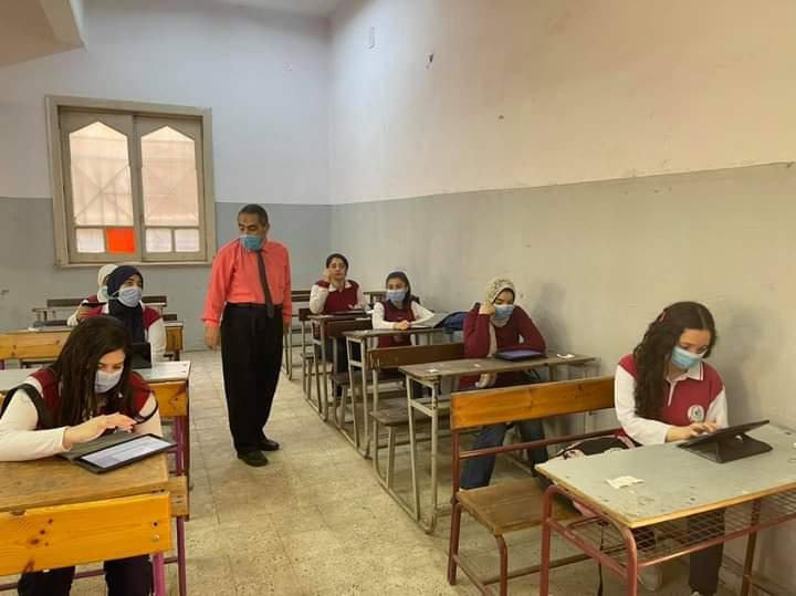 طلاب أولى و2 ثانوي يؤدون ثاني أيام امتحانات شهر أبريل