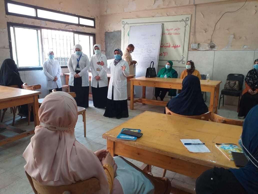 طالبات تمريض الأزهر في توعية صحية لطالبات منطقة القاهرة