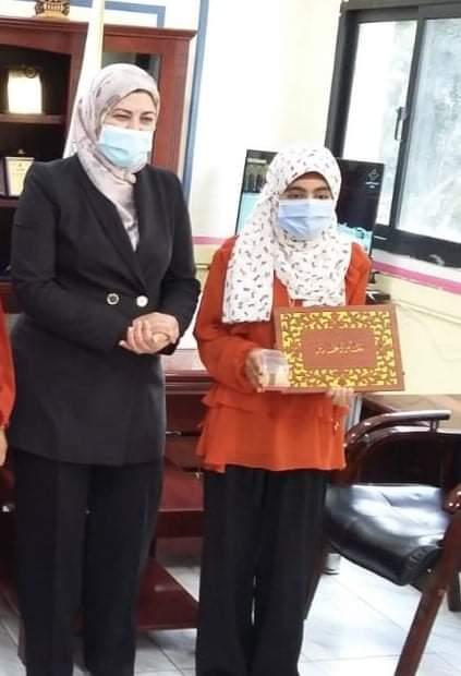 تكريم الطالبة سما لفوزها بالمركز الثاني في مسابقة حفظ وتلاوة القرآن الكريم