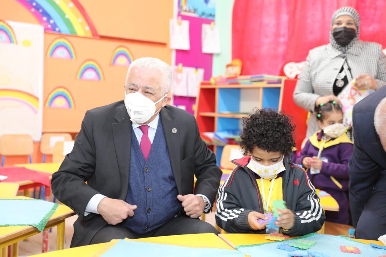 """""""شوقي"""": الوزارة تحارب لاستكمال العام الدراسي رغم كورونا"""