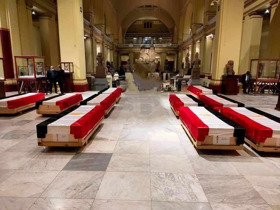 تجهيز المومياوات الملكية في المتحف المصرى قبل انطلاق الموكب