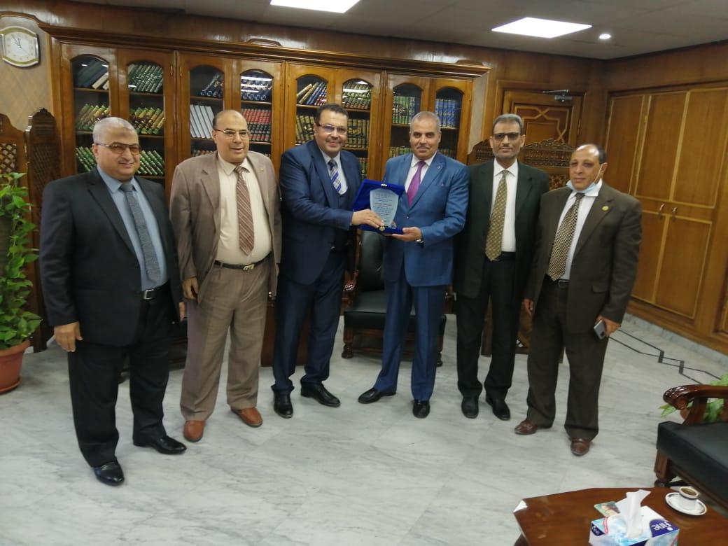 صالون يونس الثقافي يكرم رئيس جامعة الأزهر لجهوده المخلصة في خدمة اللغة العربية