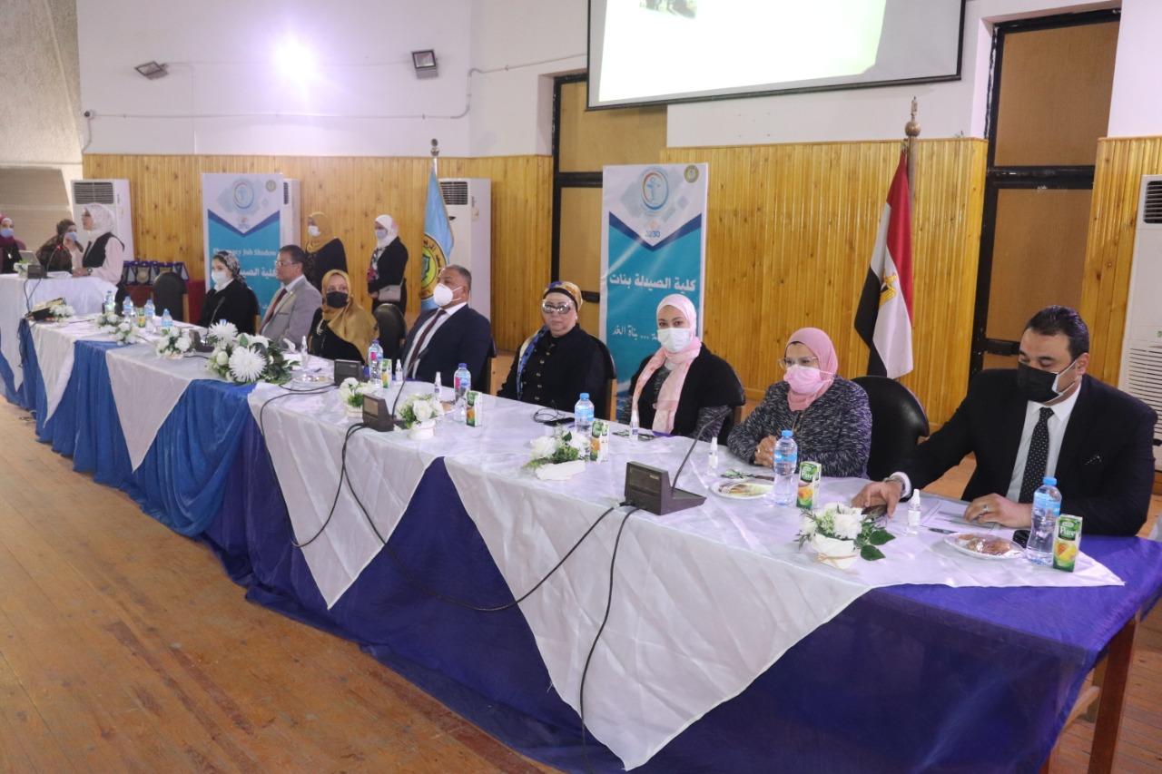 نائب رئيس جامعة الأزهر يشهد الملتقى التوظيفي بكلية الصيدلة