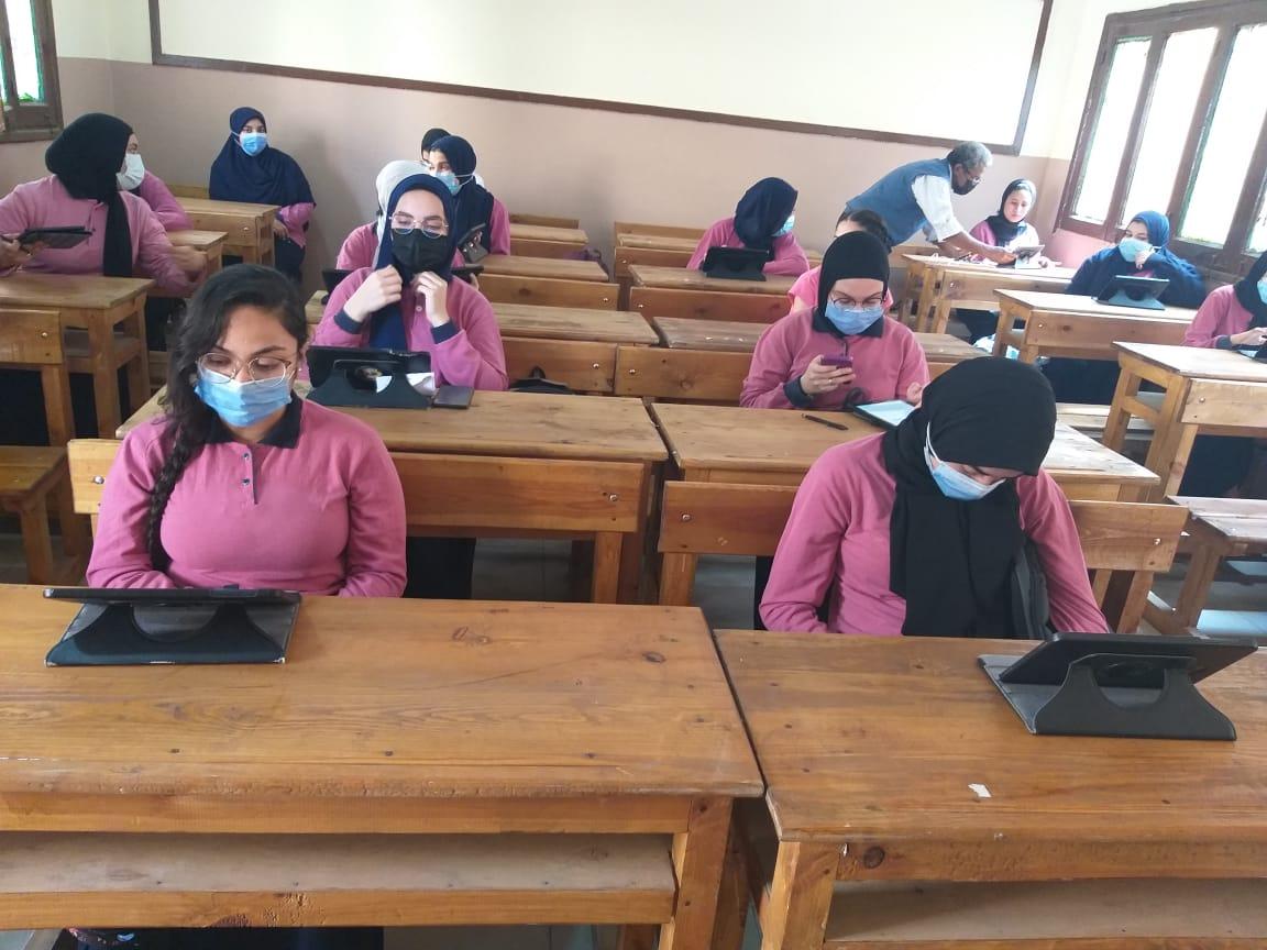 وزير التعليم: جروبات الفيس بوك ليس مرجع.. ونرى كل جهاز ومدرسة