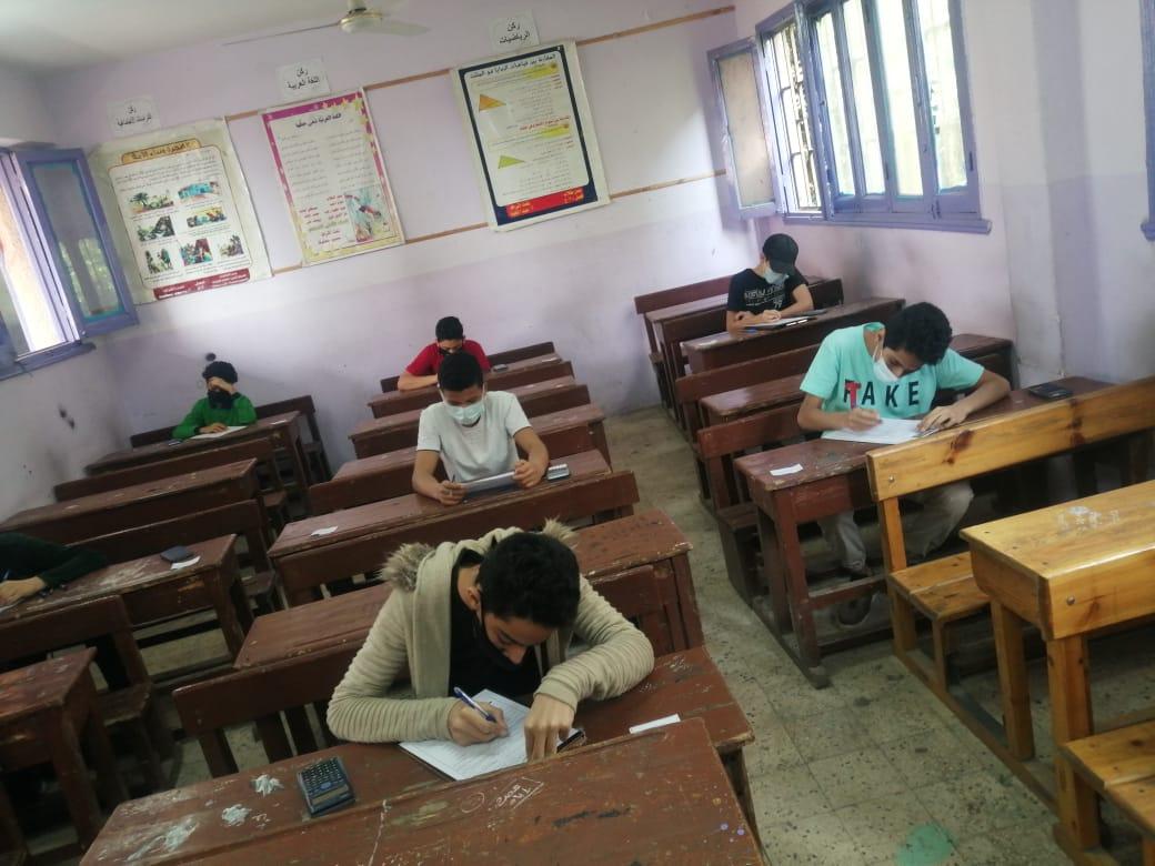 طلاب السادس الإبتدائي يؤدون امتحانهم المجمع اليوم