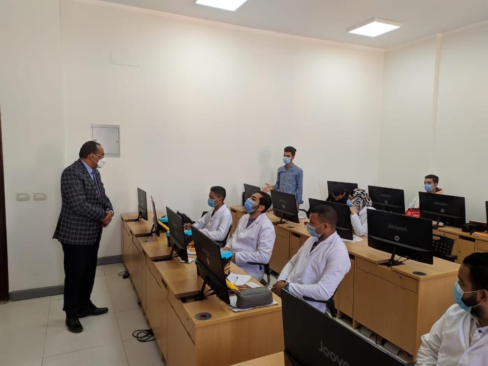رئيس جامعة بني سويف التكنولوجية يتفقد سير الدراسة بالكلية المصرية الكورية