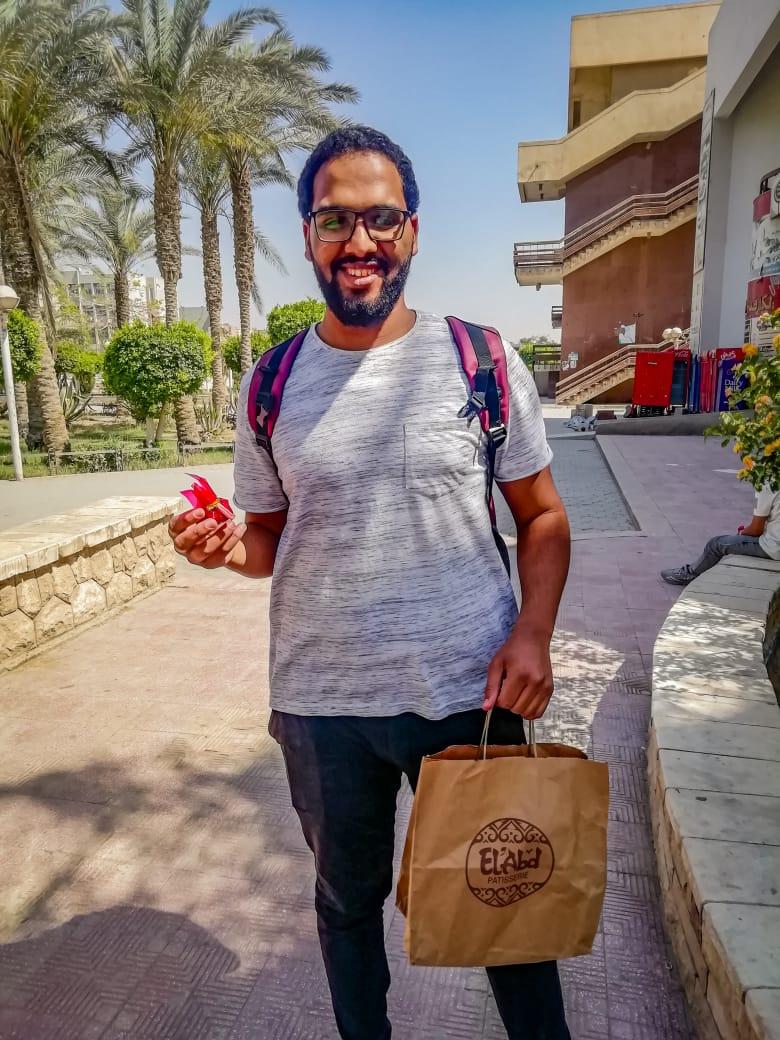 تمر وعبارة أمل.. مبادرة عبدالرحمن لنشر الابتسامة علي طلاب جامعة حلوان