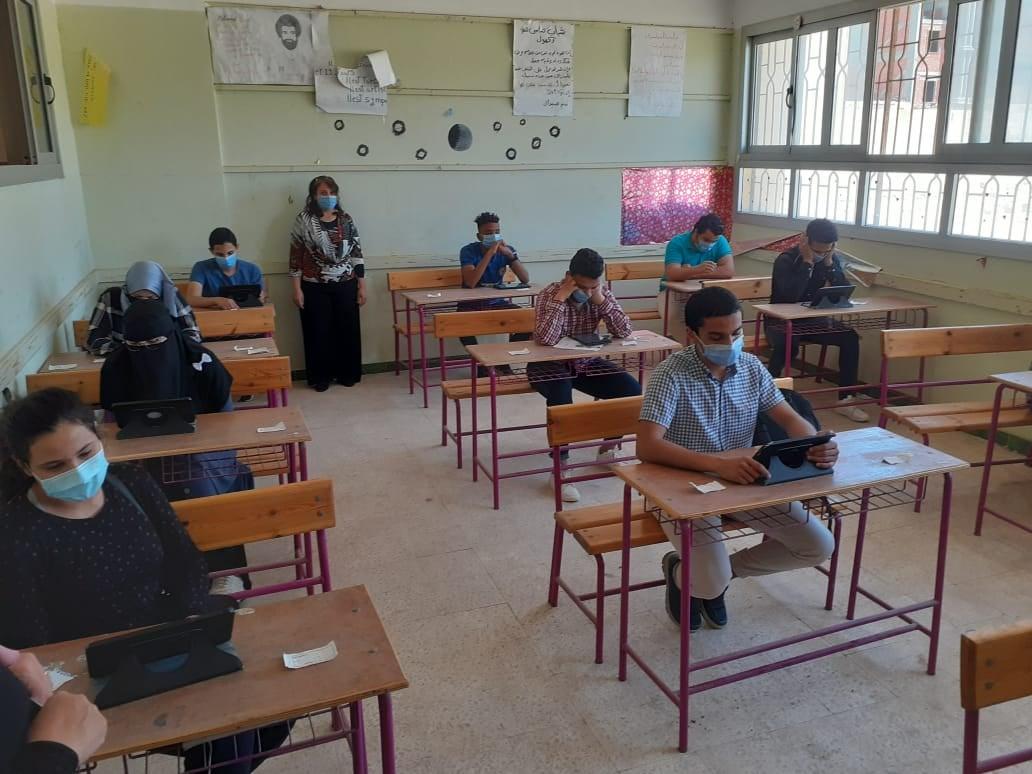 أمهات مصر: شكاوى من ضيق الوقت في امتحانات الفيزياء والأحياء والتاريخ بتجريبي الثانوية