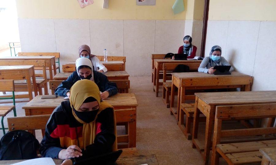 أمهات مصر: شكاوى من ضيق الوقت وصعوبة الأسئلة وعدم تعريب الجيولوجيا بتجريبي الثانوية