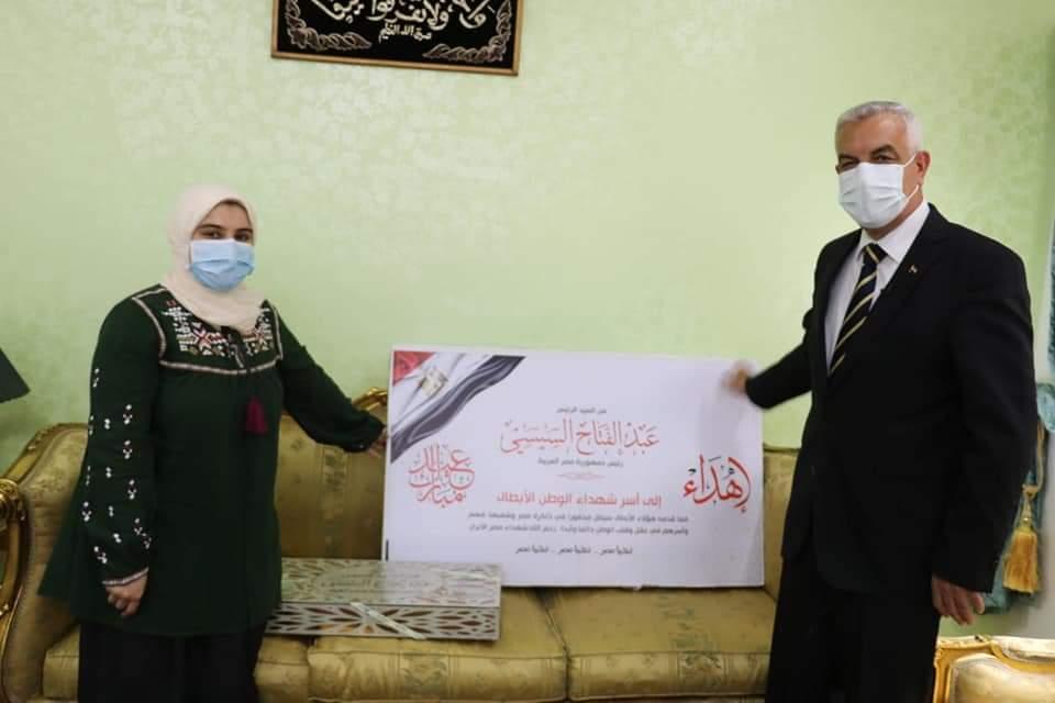 """""""مبارك"""" يُسلم هدية الرئيس لأسر شهداء القطاع الطبي بمستشفيات جامعة المنوفية"""