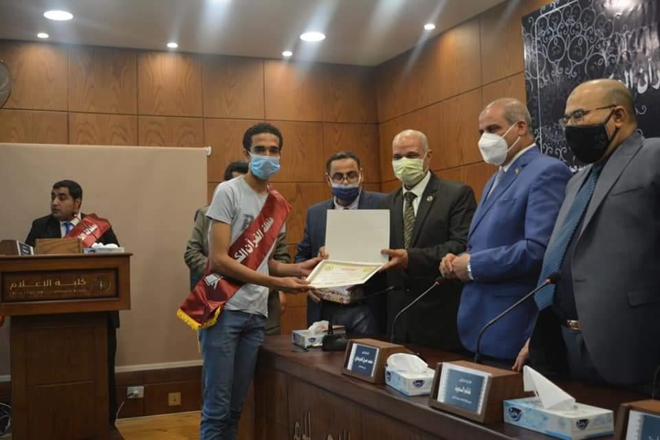 رئيس جامعة الأزهر يكرم طلاب كلية الإعلام الفائزين في مسابقة القرآن الكريم