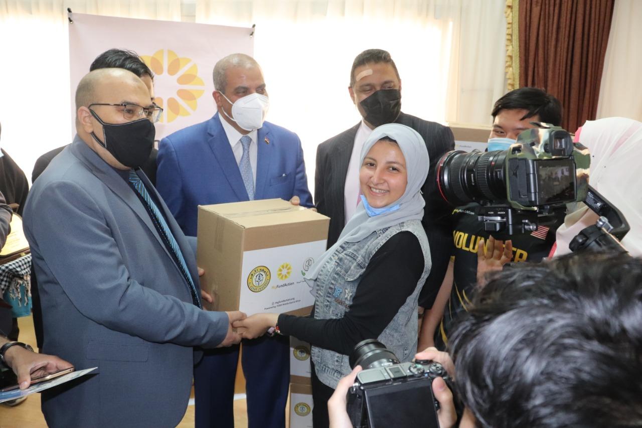 رئيس جامعة الأزهر ونائب الدراسات العليا يوزعان هدايا رمضانية لطلاب العلم