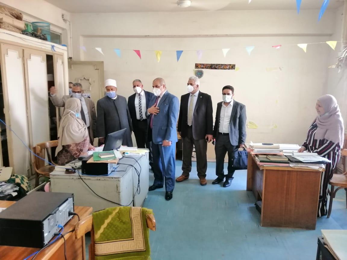رئيس جامعة الأزهر يقوم بجولة داخل الإدارة لتهنئة الموظفين بعيد الفطر المبارك