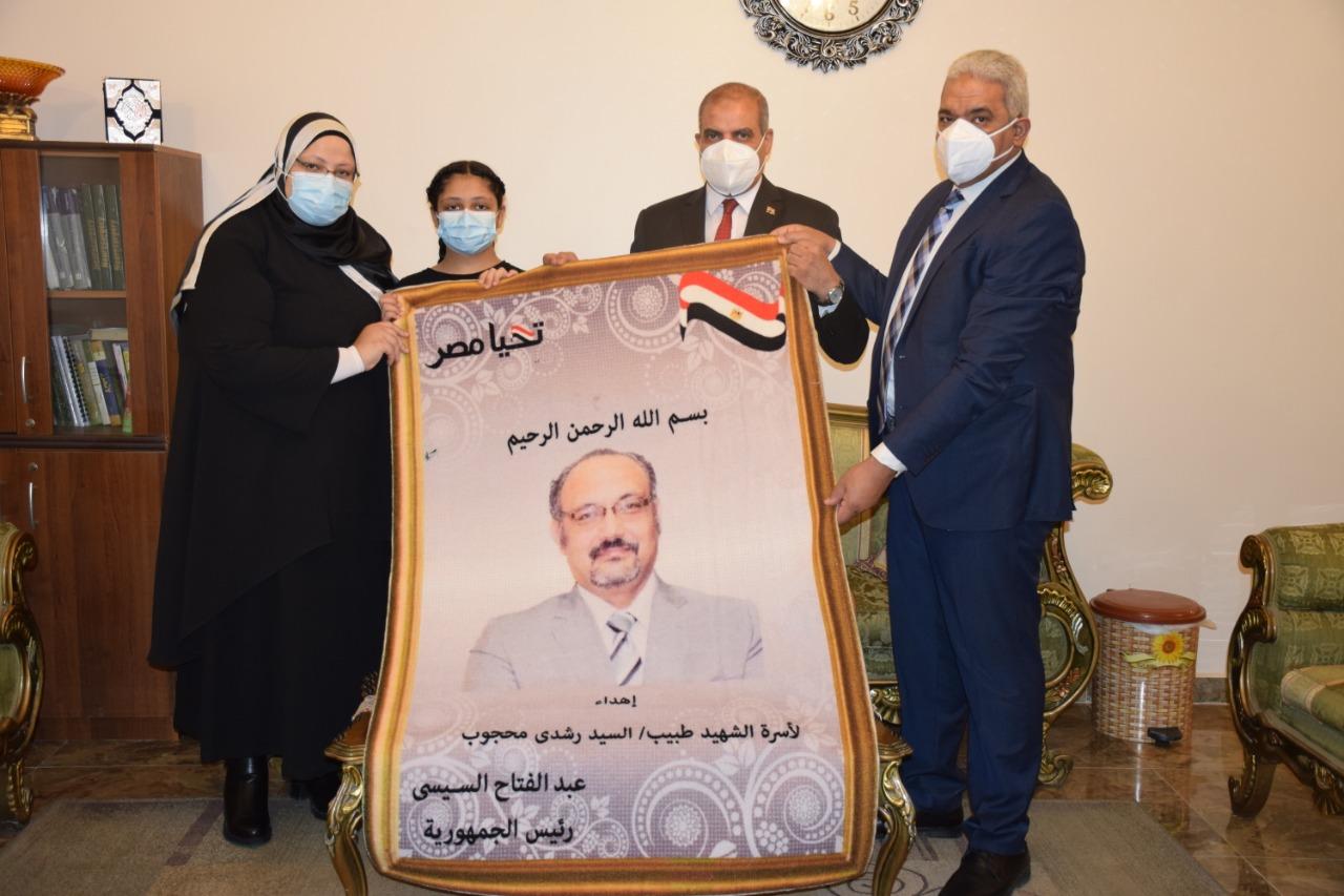قيادات جامعة الأزهر يسلمون هدية رئيس الجمهورية لأسر شهداء الجيش الأبيض