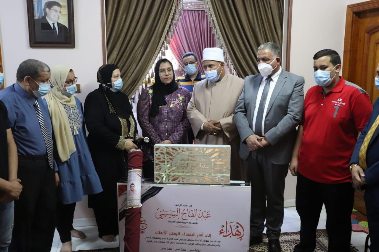 نواب جامعة الأزهر يسلمون هدية رئيس الجمهورية لأسر شهداء الجيش الأبيض