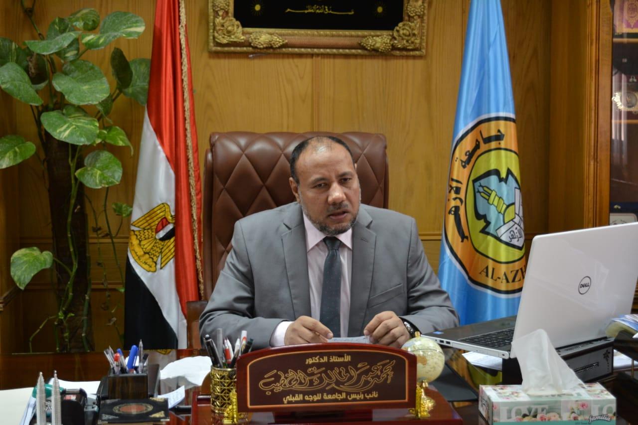 نائب رئيس جامعة الأزهر يجتمع بعمداء الكليات استعدادا لعقد امتحانات الفصل الدراسي الثاني