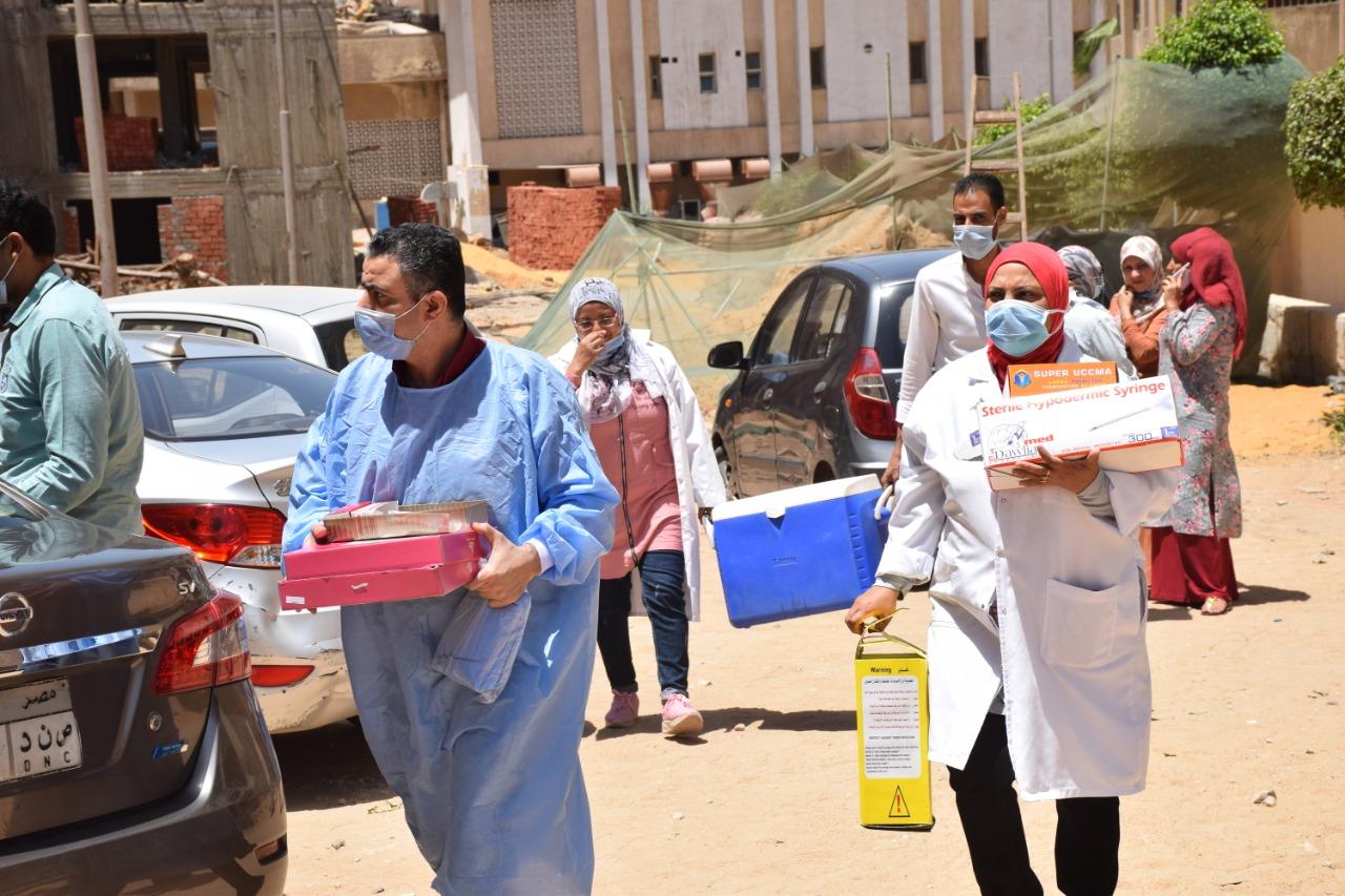 تنفيذاً لتكليفات رئيس جامعة الأزهر حملة متنقلة لتطعيم موظفي المدن الجامعية بلقاح كورونا