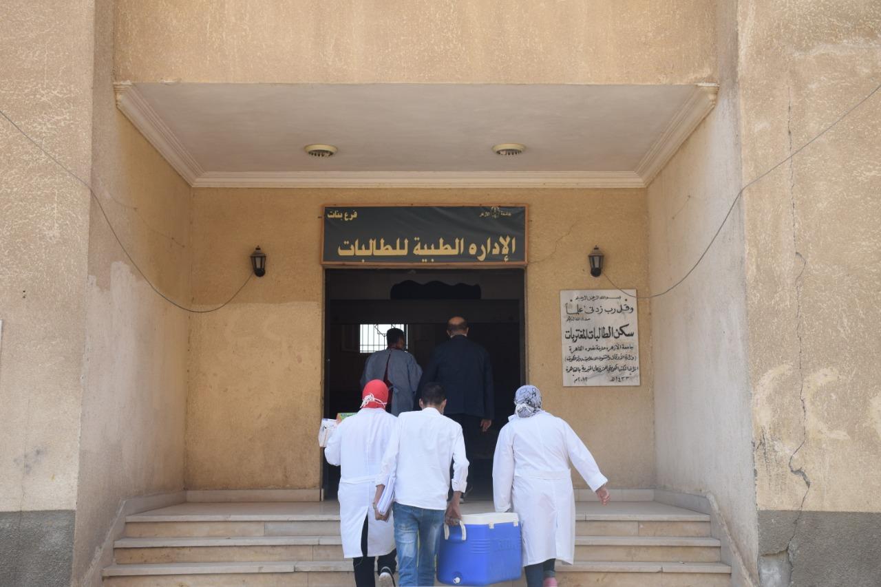 جامعة الأزهر تطعم العاملين والأساتذة وطلاب المدن الجامعية مجانا ضد فيروس كورونا