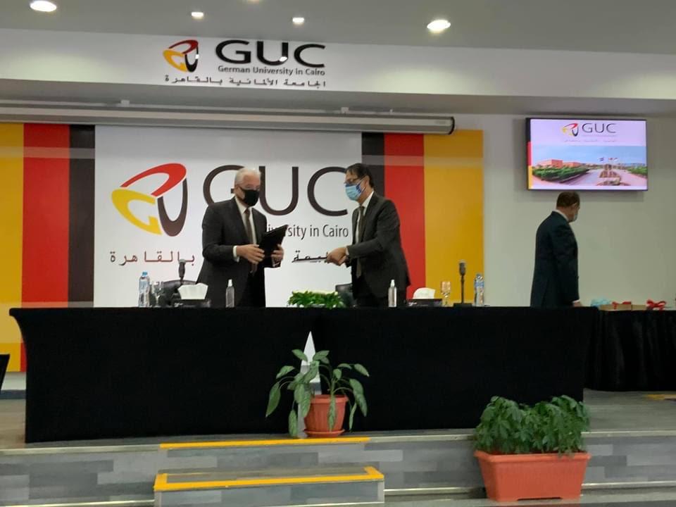 الجامعة الألمانية تسلم وثيقة حق استخدام حقوق الملكية الفكرية للهوية البصرية لمحافظة جنوب سيناء