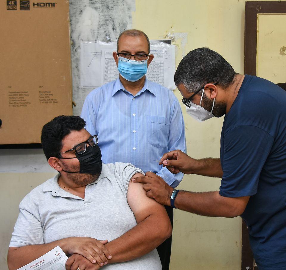 """تطعيم ٣٥٠ معلم ببورسعيد بلقاح فيروس كورونا """"صور"""""""