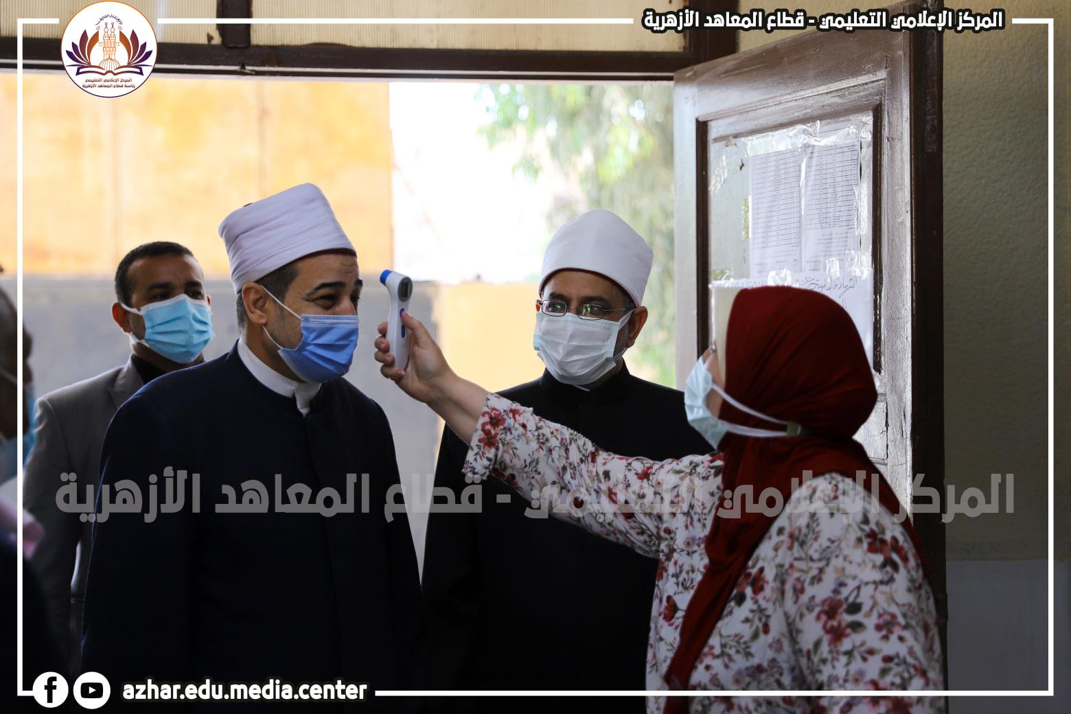 رئيس قطاع المعاهد الأزهرية يتفقد لجانَ الشهادةِ الثانويةِ الأزهرية في يومِها الثاني