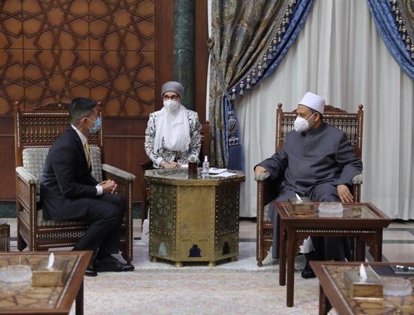 الإمام الأكبر يثني على نشاط السفير التايلاندي مع أبناء وطنه الدارسين بالأزهر