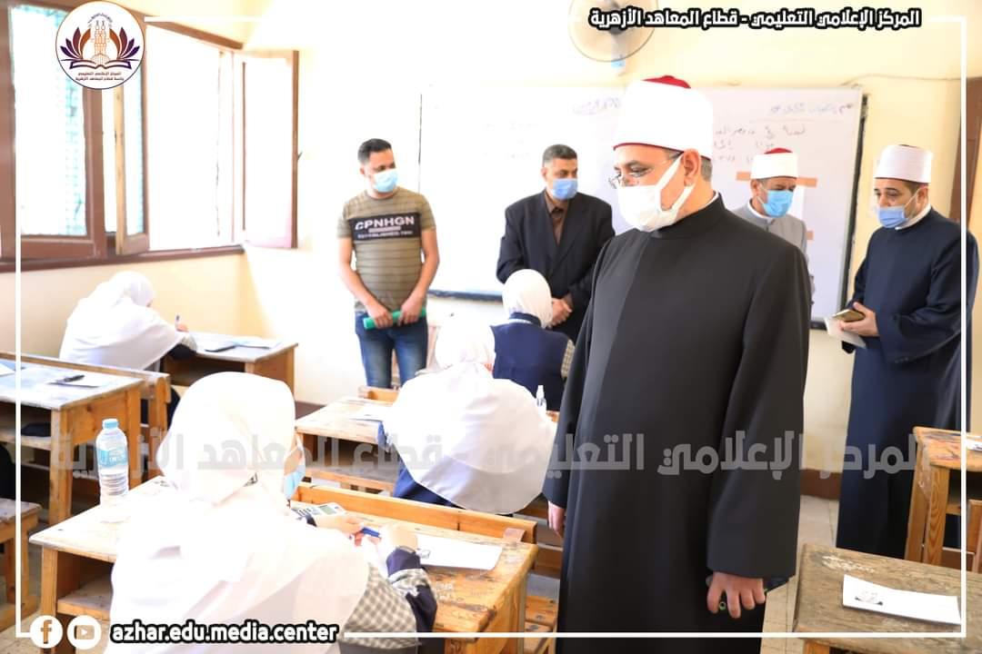 رئيس قطاع المعاهد الأزهرية يتابعُ لجانَ الشهادةِ الثانويةِ داخل القاهرة