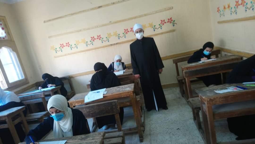 رئيس قطاع المعاهد يتفقد لجان امتحان دسوق ويشيد بالالتزام بالإجراءات الاحترازية